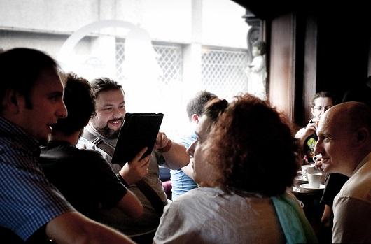 Momentos de café y conversación. Cortesía de MiraStudio.